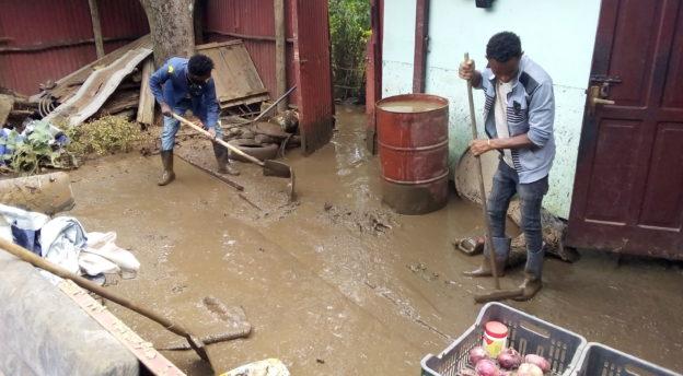 Tulvaveden tuomaa mutaa siivotaan. Kuva: Bultin arkisto