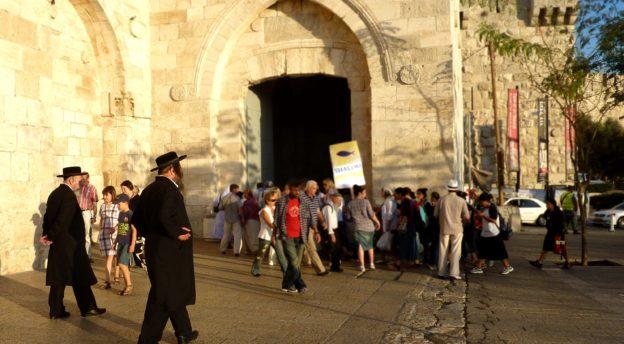 Juutalaisia ja kristittyjä Jerusalemissa.